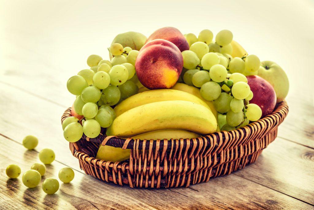 Un plato con frutas  Descripción generada automáticamente